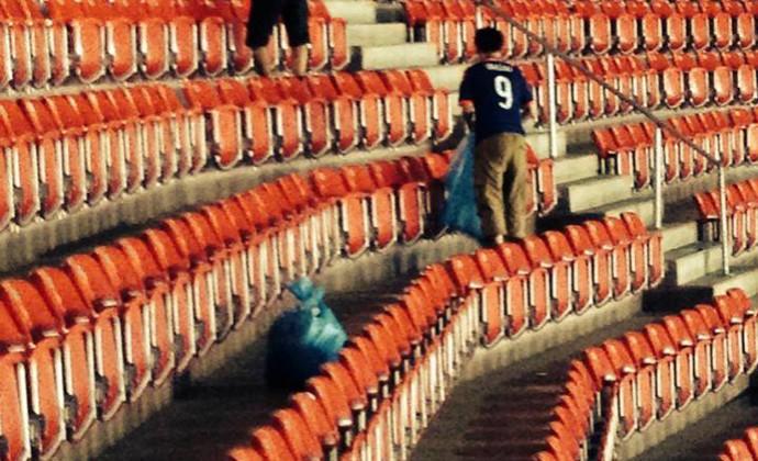 Torcida do Japão limpa estádio após jogo da seleção na Copa do Mundo